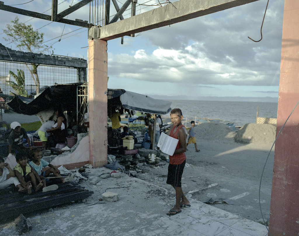 In Tacloban alone, about 800 families still lives in barracks, as they are not able to return to the area where they had a cottage.