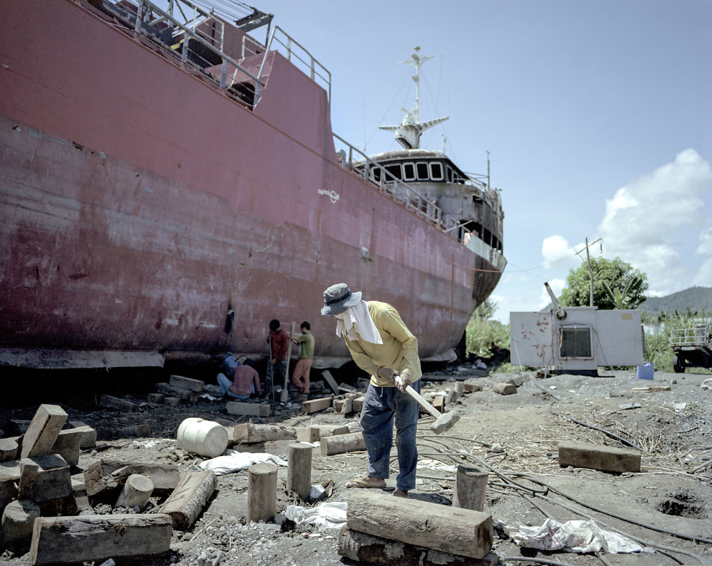Several hundred meters from the coast, lies the ship M / B Ligaua. The ship was after the storm, looted for 50,000 sacks of rice and then the ship was set on fire.