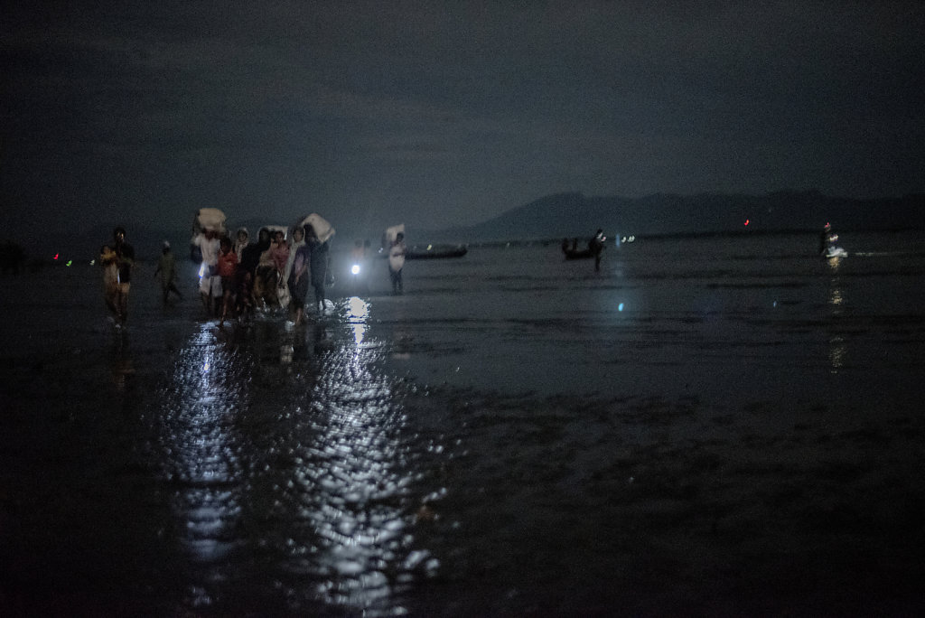 With the Myanmar mountains in the back, rohingyas arrive at Shahpuree